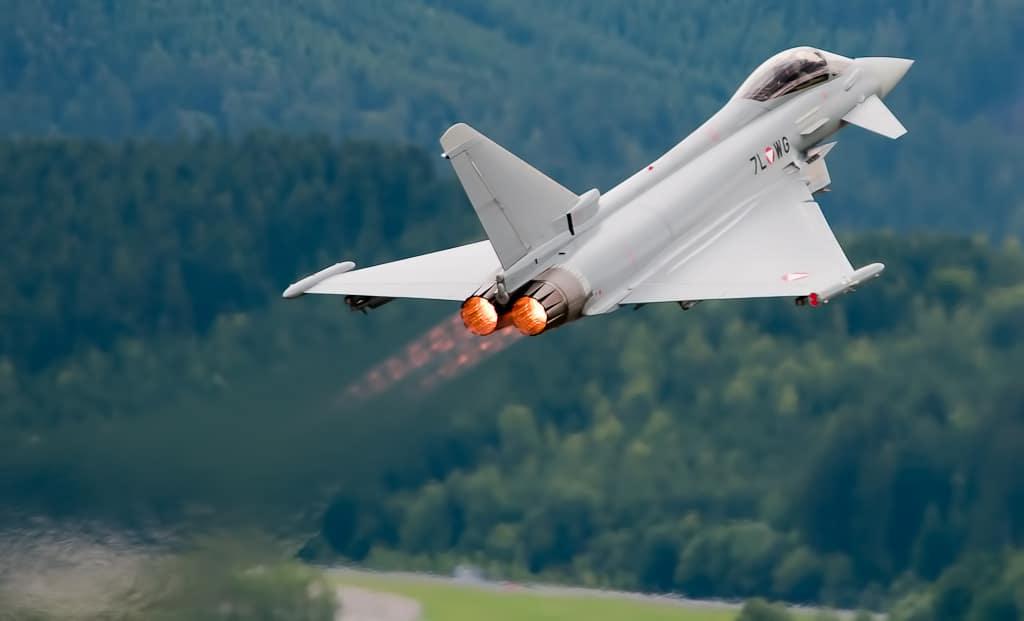 """Eurofighter Typhoon w Zeltweg 2011"" von Marek Olszewski - Eigenes Werk. Lizenziert unter CC BY-SA 3.0 über Wikimedia Commons - https://commons.wikimedia.org/wiki/File:Eurofighter_Typhoon_w_Zeltweg_2011.jpg#/media/File:Eurofighter_Typhoon_w_Zeltweg_2011.jpg"