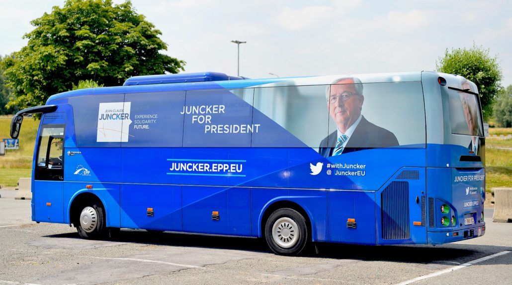 Bus of J.C. Juncker when he campaigned to become President of the EU Commission. Foto: European Peoples' Party, https://www.flickr.com/photos/eppofficial/14326187398/, CC BY 2.0 (bearbeitet)